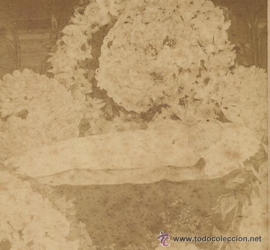 Fotografía antigua: RETRATO POSTMORTEN DE BEBE RODEADO DE FLORES. FUNERARIO. SIGLO XIX - Foto 3 - 52959936