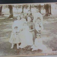 Fotografía antigua: FOTO ALBÚMINA RETRATO FAMILIAR EN EL CAMPO CERCA 1900 . Lote 53120266