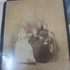 Fotografía antigua: FOTO ALBÚMINA RETRATO FAMILIAR CERCA 1900 . Lote 53137186