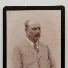 Fotografía antigua: ELEGANTE CABALLERO CON BIGOTE- FOTO SOBRE CARTÓN CON FILO EN ORO- 17 X 25 CM. Lote 53169748