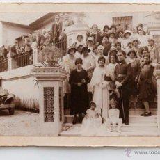 Fotografía antigua: RECIEN CASADOS POSANDO CON TODA LA FAMILIA, PRINCIPIOS SIGLO XX- 13 X 18 CM. Lote 53170761