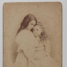 Fotografía antigua: DOS AMIGAS EN POSE MELANCÓLICA. RAPHAEL MORÃO, PHOT. AMATEUR, COVILHA 1902. Lote 53289881