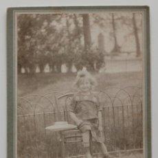 Fotografía antigua: NIÑA POSANDO EN UN PARQUE DE PARÍS, 1900S. FOTO BELLAMY, (ARTISTE PEINTRE PROFESSEUR) 11 X 16,5 CM. Lote 53290053