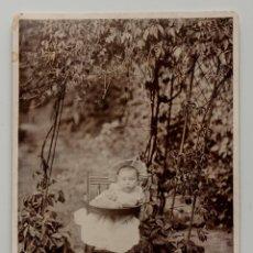 Fotografía antigua: BEBÉ INGLÉS SENTADO EN SU TRONA EN EL JARDÍN. FINALES DEL 1800S. FOTO SOBRE CARTÓN 11 X 17 CM. Lote 53290154