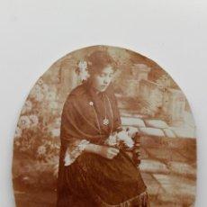 Fotografía antigua: JOVEN MELANCÓLICA CON FLORES Y MANTÓN. FOTO OVALADA SOBRE CARTÓN. 11,5 X 15 CM. Lote 53395296