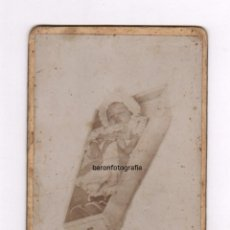 Fotografía antigua: RETRATO POST-MORTEM DE NIÑO, FOTOGRAFÍA NUEVA, BARCELONA. 1900 APROX. 8X13 CM.. Lote 54183110