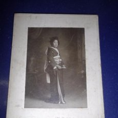 Fotografía antigua: BELLA FOTOGRAFIA ENCARPETADA ORIGINAL GEISHA RETRATO KIMONO ALBUMINA MUJER JAPON 1910. Lote 54186175