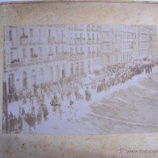 Fotografía antigua: CIRCA 1870 * ESPECTACULAR DESFILE EN LA CALLE CON CARROZAS, EDIFICIOS Y MULTITUD * ALBUMINA 17 CM. Lote 54755610