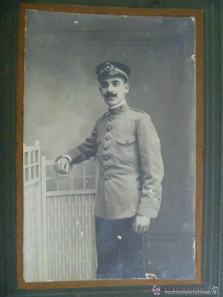 FOTO DE ESTUDIO DE FUNCIONARIO CORREOS , CARTERO , EPOCA ALFONSO XIII , CON ESPADIN . SEVILLA 1911 (Fotografía Antigua - Albúmina)