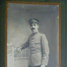 Fotografía antigua: FOTO DE ESTUDIO DE FUNCIONARIO CORREOS , CARTERO , EPOCA ALFONSO XIII , CON ESPADIN . SEVILLA 1911. Lote 55122785