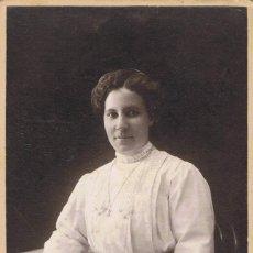 Fotografía antigua: FOTO CABINET. SEÑORA SENTADA CON REVISTA. CA.1890. FOTÓGRAFO: ORRIT. MANRESA.. Lote 55212632