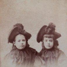 Fotografía antigua: DOS HERMANAS, FINALES S. XIX. FOTO BROQUIER, BILBAO. 13,5 X 22 CM. Lote 55337225