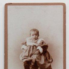 Fotografía antigua: RETRATO DE NIÑA PEQUEÑA EN ESTUDIO A FINALES DEL S. XIX. 11 X 17 CM. COMPANY FOTÓGRAFO. MADRID. Lote 55342564