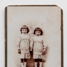 Fotografía antigua: DOS HERMANAS DE LA MANO Y VESTIDAS IGUALES. PRINCIPIO S. XX. FOTO A. CALDERÓN, ZAFRA. Lote 55414099