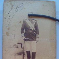 Fotografía antigua: ESPECTACULAR GENERAL MUY CONDECORADO, CASCO PLUMAS, SABLE, BASTON, ETC SIGLO XIX. DEBAS. 17 X 25 CM. Lote 56016358