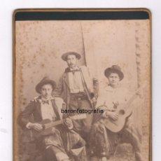 Fotografía antigua: RETRATO CABINET DE 3 HOMBRES CON GUITARRA, FOTO: FOTOGRAFÍA FRANCESA DE C. METAIRIO, 1880 APROX.. Lote 56684708