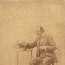 Alte Fotografie - FOTO CABINET. CABALLERO CON ACTITUD RISUEÑA. CA.1880. FOT: AMALSO (AFICIONADO).PROCED:BARCELONA. - 56864869