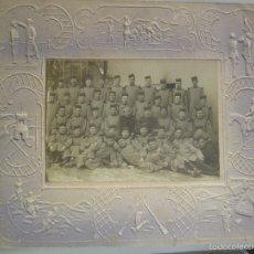 Fotografía antigua: GRUPO DE MILITARES DEL RGTO, INFANTERIA EXTREMADURA Nº 15 , MARCO CON DIBUJOS EN RELIEVE. Lote 56926272