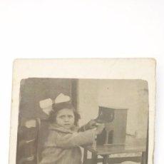 Fotografía antigua: PRECIOSA FOTO NIÑA TOCANDO UNA PIANOLA DE JUGUETE. 9 X 6 CTMS. AÑOS 1930. Lote 57395299