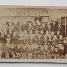 Fotografía antigua: FOTO DE GRUPO DE MAESTRO CON SUS ALUMNOS A FINALES DE 1800S. Lote 57571233