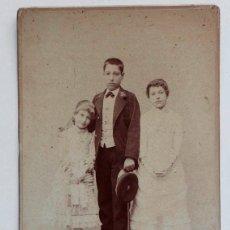 Fotografía antigua: RETRATO DE TRES HERMANOS POR EDG. DEBAS. MADRID 1900. Lote 57585113
