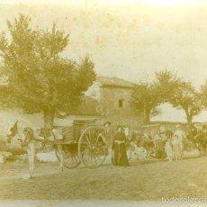 Fotografía antigua: CASAS DE VES (ALBACETE). CASA LABOR DE LA CARRERA CON LOS CARROS CARGADOS DE UVA COGIDA DE LOS...... Lote 58120480