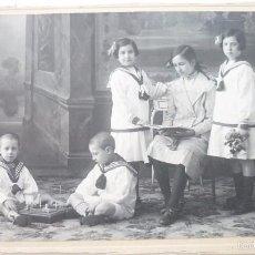 Fotografía antigua: MAGNÍFICA FOTO ALBÚMINA ORIGINAL. AÑOS 1900S. NIÑOS Y NIÑAS POSANDO CON JUGUETES. 17 X 11 CTMS.. Lote 58184306