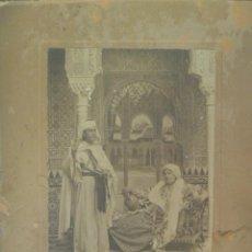 Fotografía antigua: ESPECTACULAR FOTO DE PAREJA VESTIDA DE MORO EN LA ALHAMBRA. DE LINARES , GRANADA . 19 X 24 CM. Lote 58275915