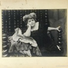 Fotografía antigua: FOTO ALBUMINA MUJER SOBRE COJINES PORTUGAL CAMA PORTUGUESA FOT WALTER PPIO S XX 23,5X31CMS. Lote 58472527