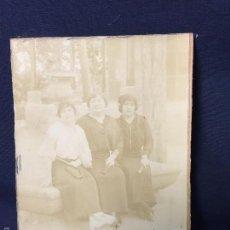 Fotografía antigua: FOTO ALBUMINA TRES MUJERES POSANDO SENTADAS BANCO PIEDRA 1914 16,7X11,8CMS. Lote 58512866