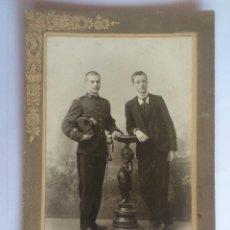 Fotografía antigua: ANTIGUA FOTOGRAFIA CARTON - JOVENES HERMANOS POSANDO, FOTOGRAFO M. COMPAÑY, MEDIDAS 12 X 18 CM. Lote 59485791