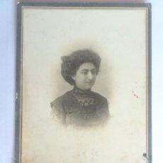 Fotografía antigua: ANTIGUA FOTOGRAFIA CARTON - SEÑORA POSANDO, MEDIDAS 11 X 17 CM. Lote 59496659