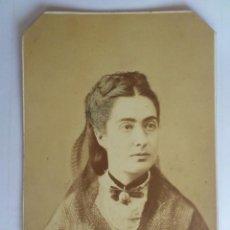 Fotografía antigua: ANTIGUA FOTOGRAFIA CARTON - SEÑORA POSANDO, MEDIDAS 10 X 15 CM. Lote 59497163