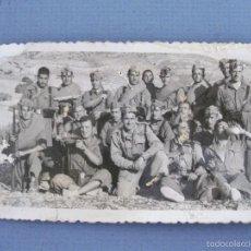 Fotografía antigua: FOTO ANTIGUA DE MILITARES CON ARMAS (12X7CM APROX). Lote 60840003