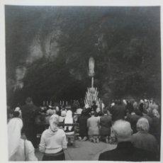 Fotografía antigua: FOTOGRAFÍA DE LA CUEVA DE LOURDES CON SUS DEVOTOS. Lote 62097811