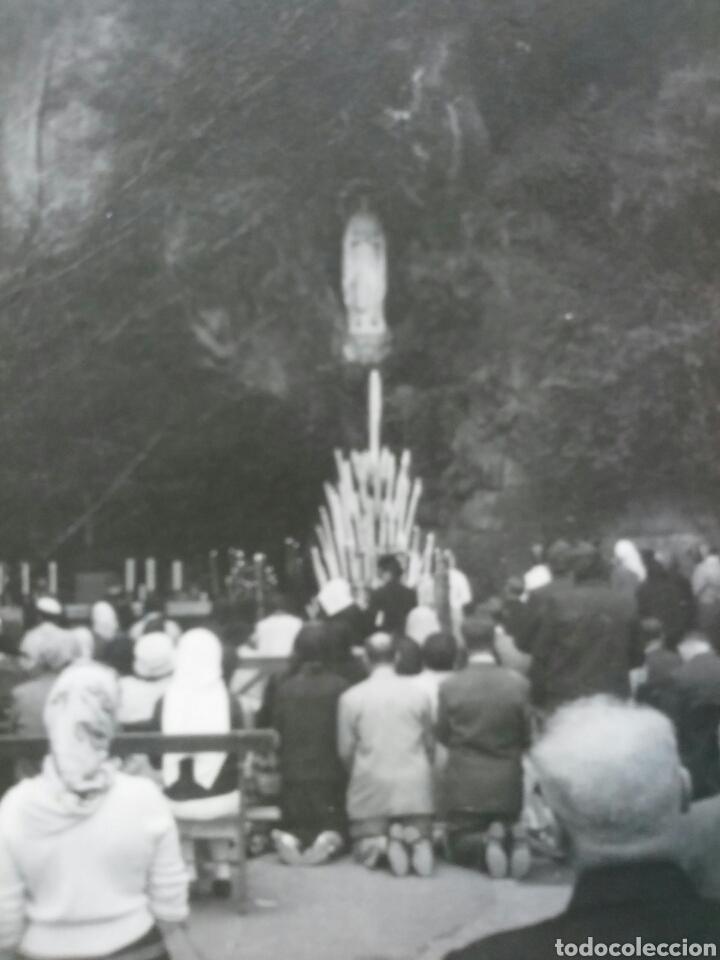 Fotografía antigua: Fotografía de la cueva de Lourdes con sus devotos - Foto 2 - 62097811