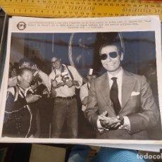 Fotografía antigua: FOTOGRAFIA CADIZ 1989 JUICIO CASO RAFAEL DE PAULA , POSANDO PARA LOS MEDIOS INFORMATIVOS. Lote 62285756