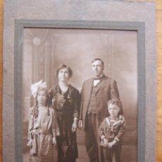 Fotografía antigua: FOTOGRAFÍA FAMILIAR DE PRINCIPIOS DEL SIGLO XX. DIMENSIONES TOTALES: 23 CM POR 15´5 CM.. Lote 62296040