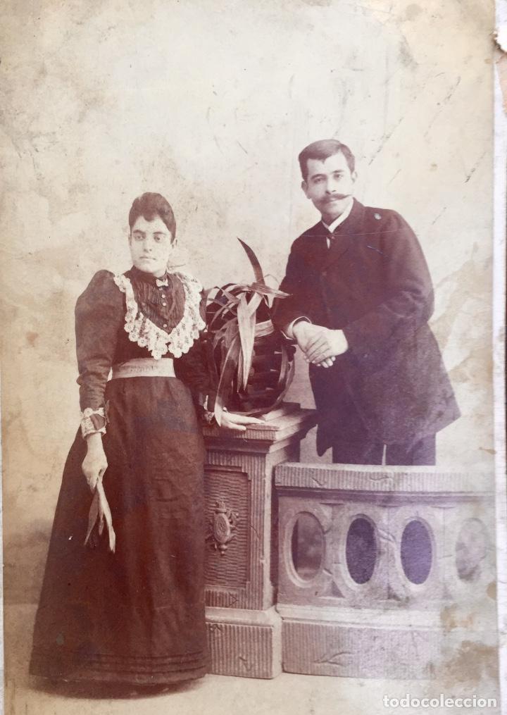 FOTO ALBUMINA 1890 PAREJA POSANDO SOBRE COLUMNA Y FLORES ABANICO BIGOTE 21X13 FOT COMPANY MADRID (Fotografía Antigua - Albúmina)