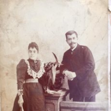 Fotografía antigua: FOTO ALBUMINA 1890 PAREJA POSANDO SOBRE COLUMNA Y FLORES ABANICO BIGOTE 21X13 FOT COMPANY MADRID. Lote 62356260