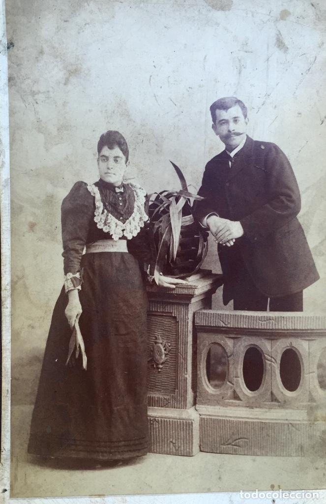 Fotografía antigua: Foto albumina 1890 pareja posando sobre columna y flores abanico bigote 21x13 fot company madrid - Foto 2 - 62356260