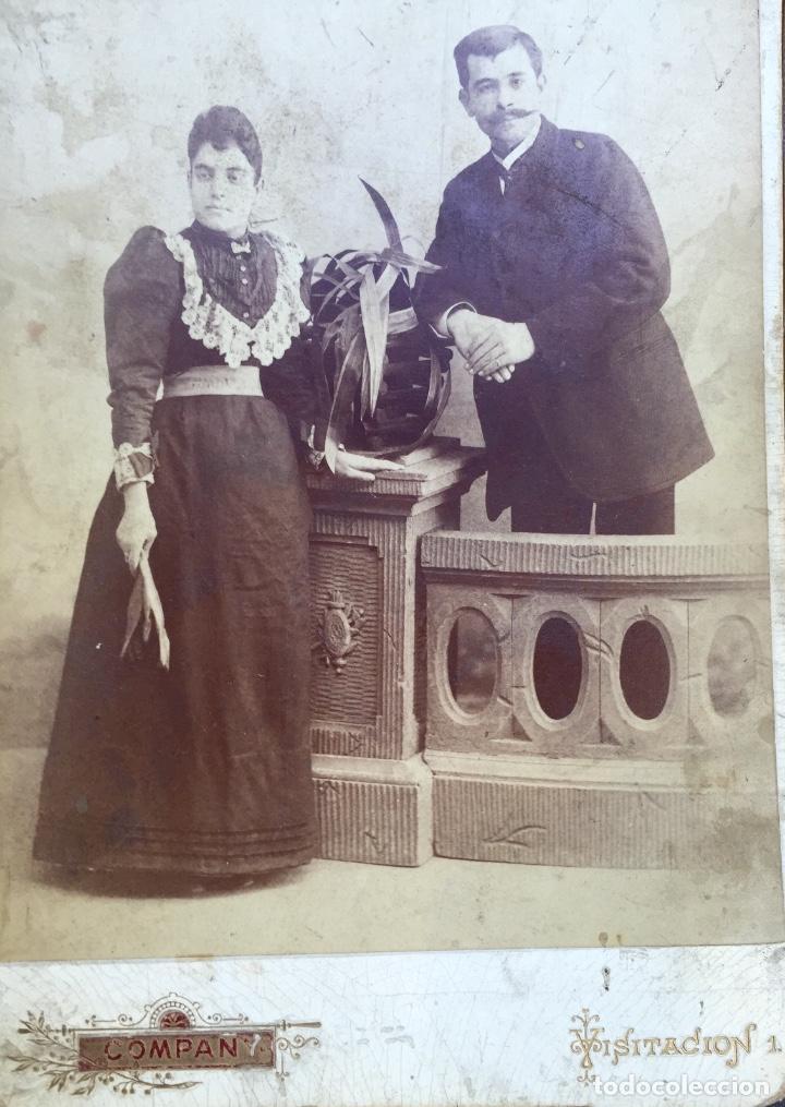 Fotografía antigua: Foto albumina 1890 pareja posando sobre columna y flores abanico bigote 21x13 fot company madrid - Foto 3 - 62356260
