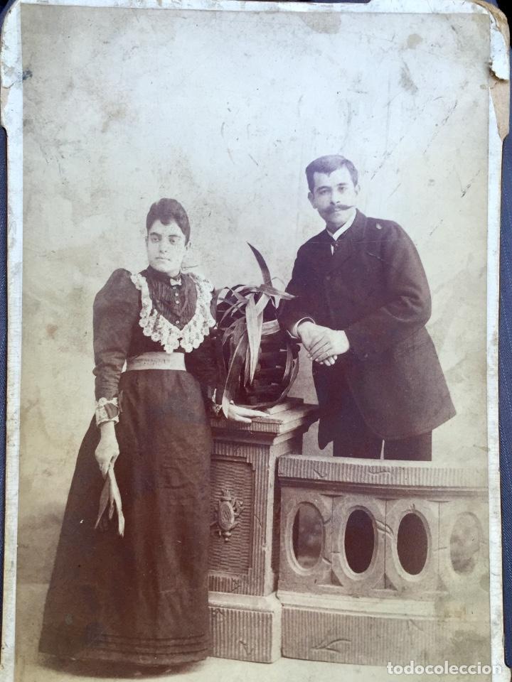 Fotografía antigua: Foto albumina 1890 pareja posando sobre columna y flores abanico bigote 21x13 fot company madrid - Foto 4 - 62356260