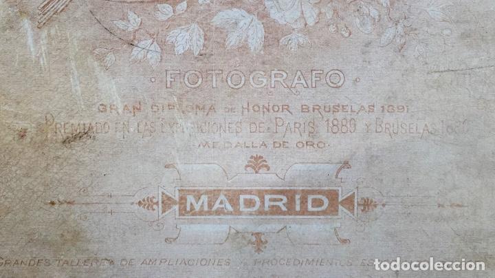 Fotografía antigua: Foto albumina 1890 pareja posando sobre columna y flores abanico bigote 21x13 fot company madrid - Foto 9 - 62356260