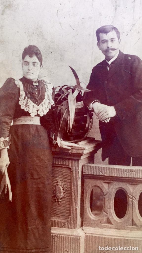 Fotografía antigua: Foto albumina 1890 pareja posando sobre columna y flores abanico bigote 21x13 fot company madrid - Foto 11 - 62356260