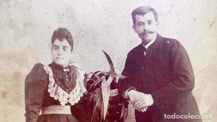 Fotografía antigua: Foto albumina 1890 pareja posando sobre columna y flores abanico bigote 21x13 fot company madrid - Foto 12 - 62356260