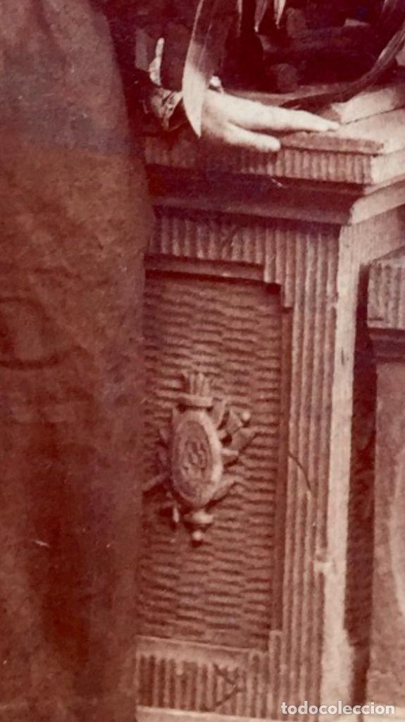 Fotografía antigua: Foto albumina 1890 pareja posando sobre columna y flores abanico bigote 21x13 fot company madrid - Foto 13 - 62356260