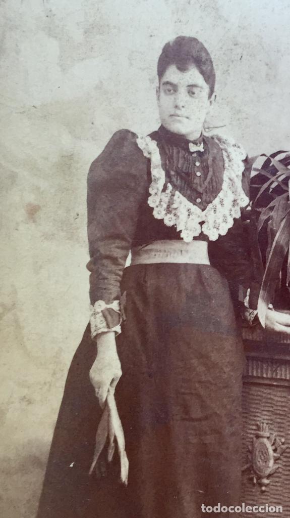Fotografía antigua: Foto albumina 1890 pareja posando sobre columna y flores abanico bigote 21x13 fot company madrid - Foto 14 - 62356260
