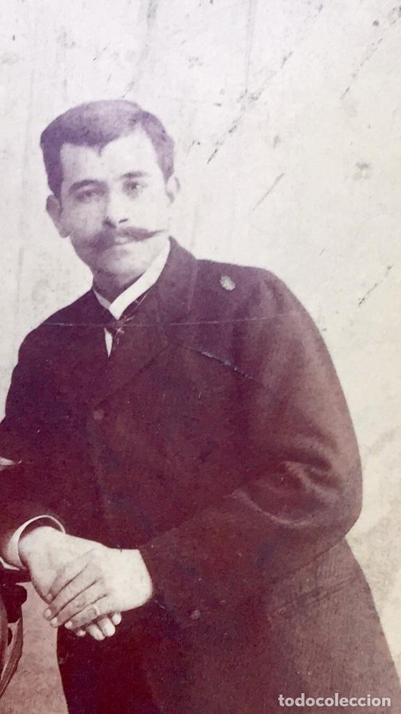 Fotografía antigua: Foto albumina 1890 pareja posando sobre columna y flores abanico bigote 21x13 fot company madrid - Foto 15 - 62356260