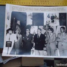 Fotografía antigua: ANTIGUA FOTOGRAFIA CADIZ CLUB DE FUTBOL PRESENTACION XXXI EDICION TROFEO CARRANZA 1985 25 X 20 CM. Lote 62622656